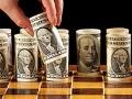 Tablero de ajedrez con billetes de dólar enrollados como piezas de juego - Dónde invertir tu dinero