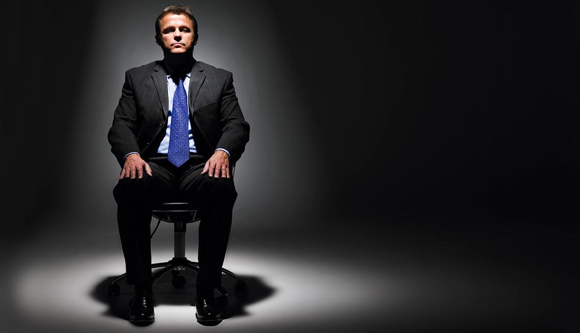 Hombre vestido de corbata en una silla y listo para una entrevista de trabajo