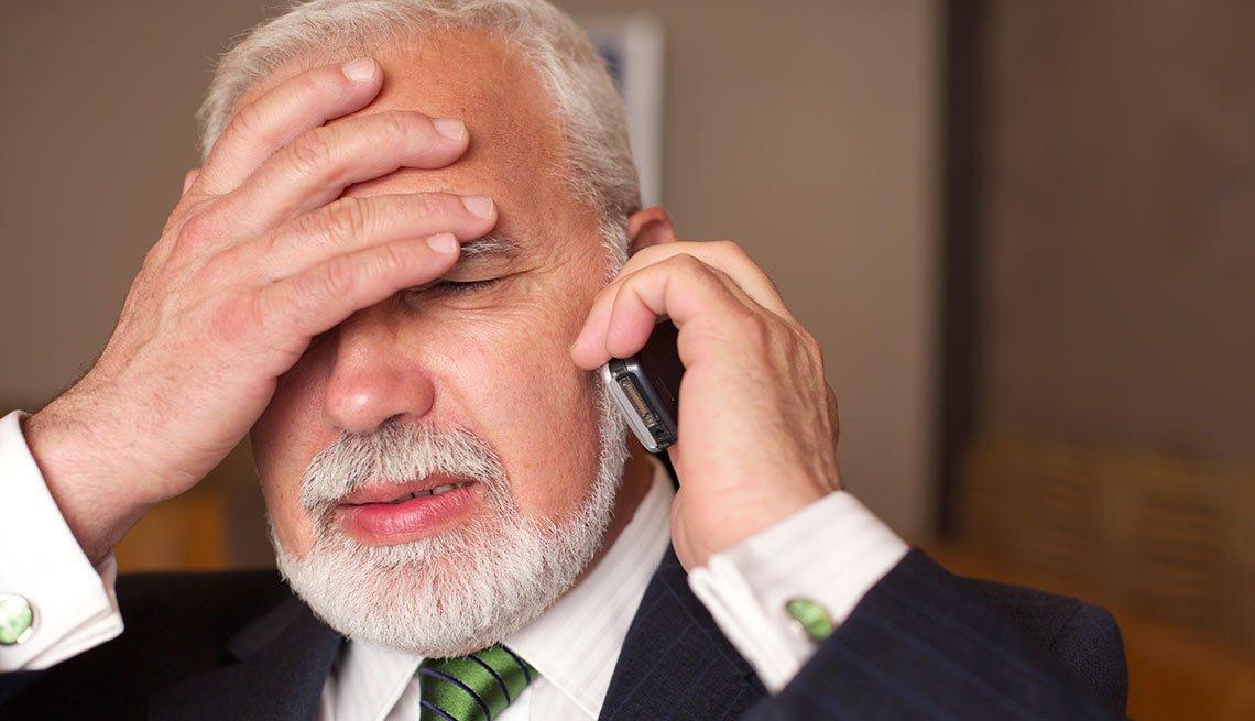 Cuando un desconocido te llama para ofrecerte una gran oportunidad de inversión - Hombre tocandose la frente