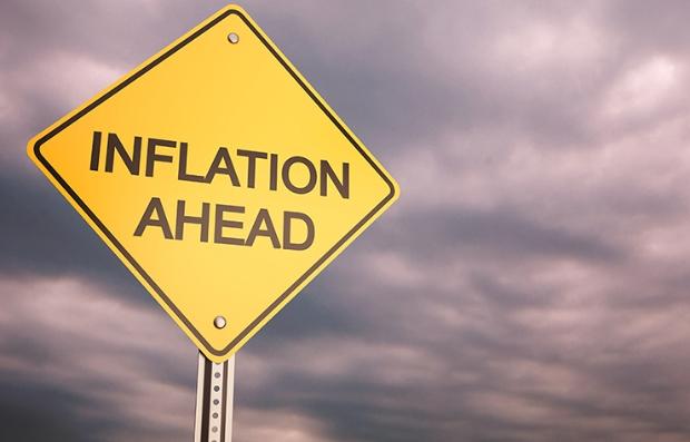 Señal de tránsito con la frase inflación adelante