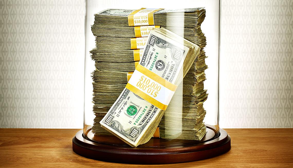 Dinero en una jarra de cristal