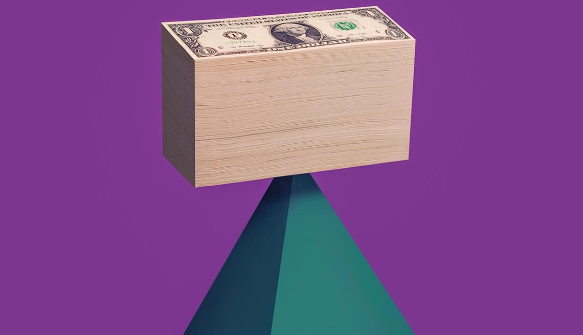 Fajo de dólares sobre una pirámide
