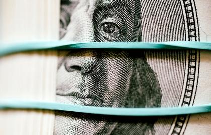 Parte de un dólar amarrado a otros con un caucho... cuánto durarán durante la jubilación...