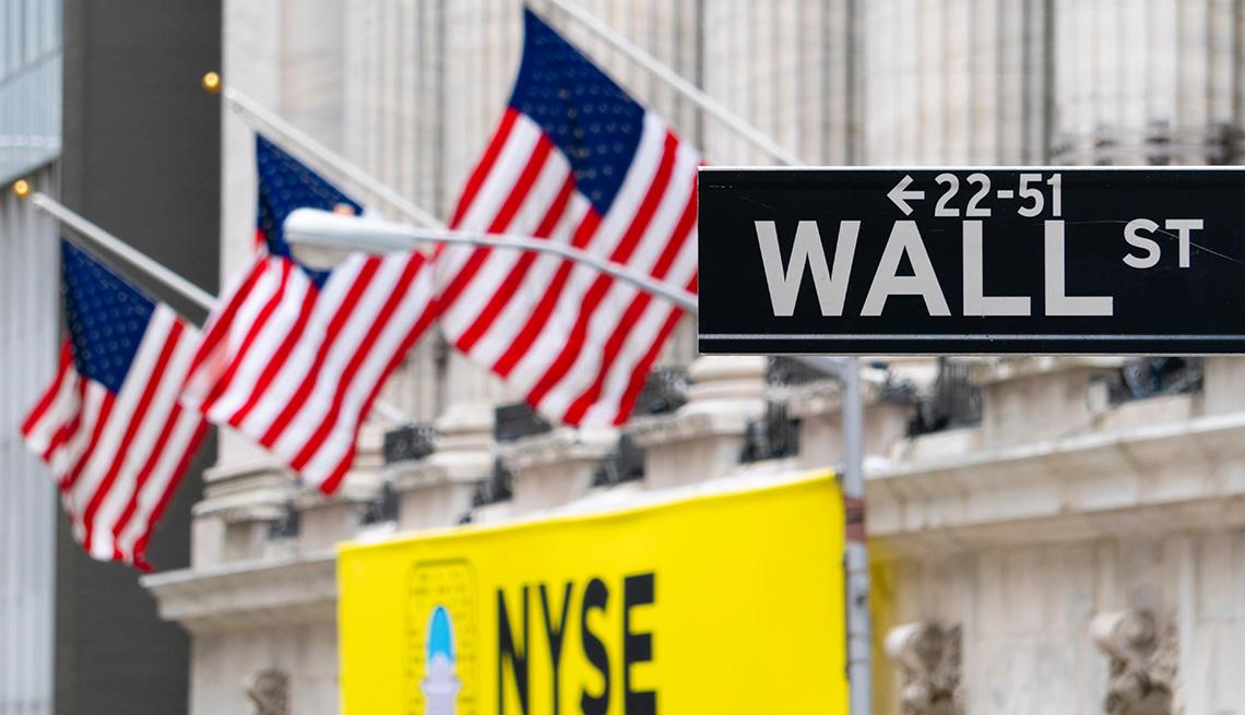Placa señalética de la calle Wall cerca a la sede de New York Stock Exchange.