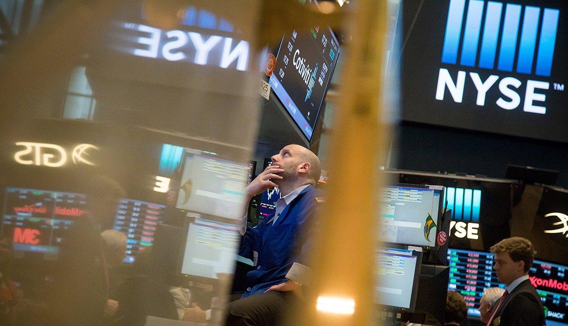 Un comprador de Wall Street mirando las pantallas.