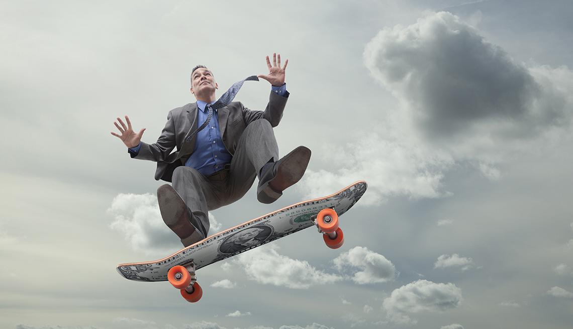 Ejecutivo en una patineta con el cielo de fondo.