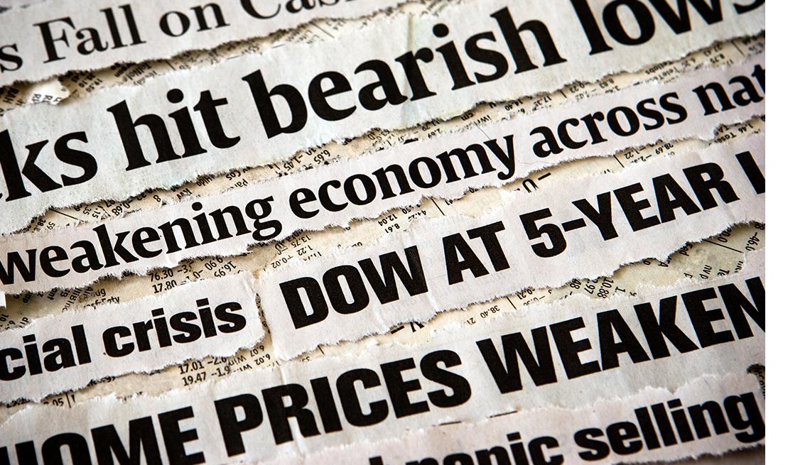 Recortes de titulares de periódicos relacionados con la crisis económica y cómo afecta el valor de la vivienda.