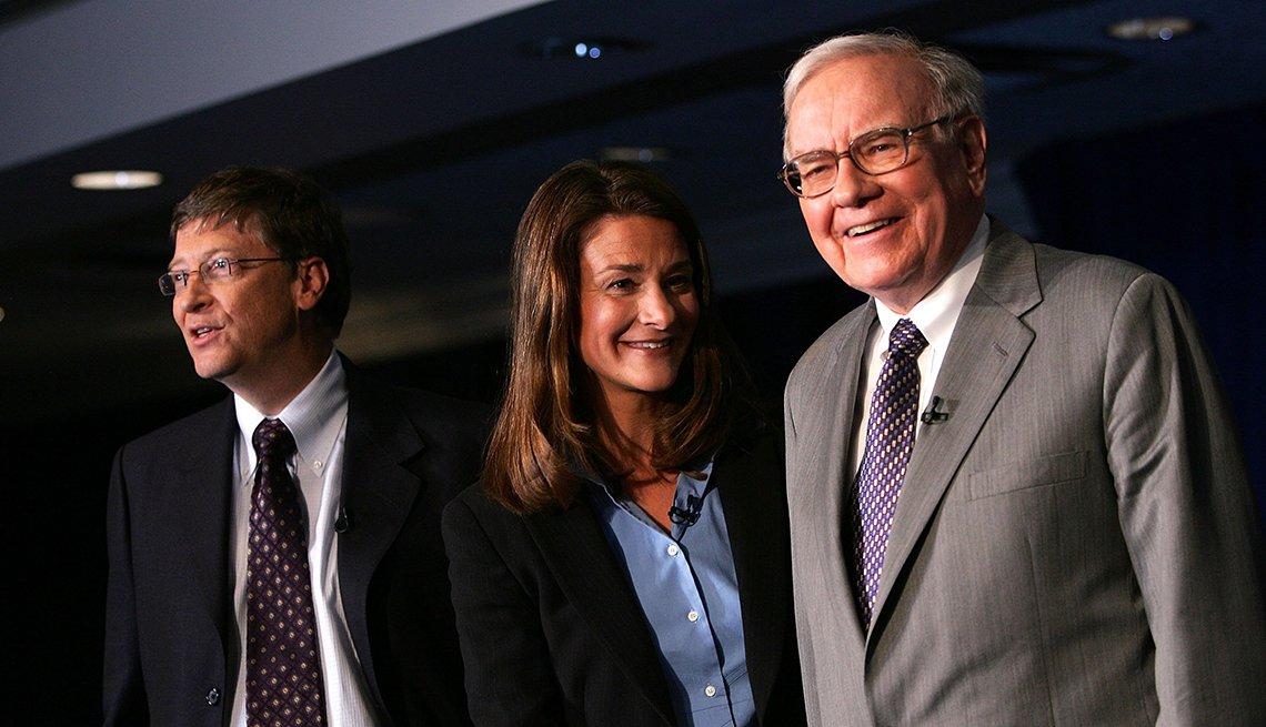 """Warren Buffett (derecha) con Bill y Melinda Gates anuncian la organización benéfica """"A Giving Pledge"""" el 26 de junio del 2006"""