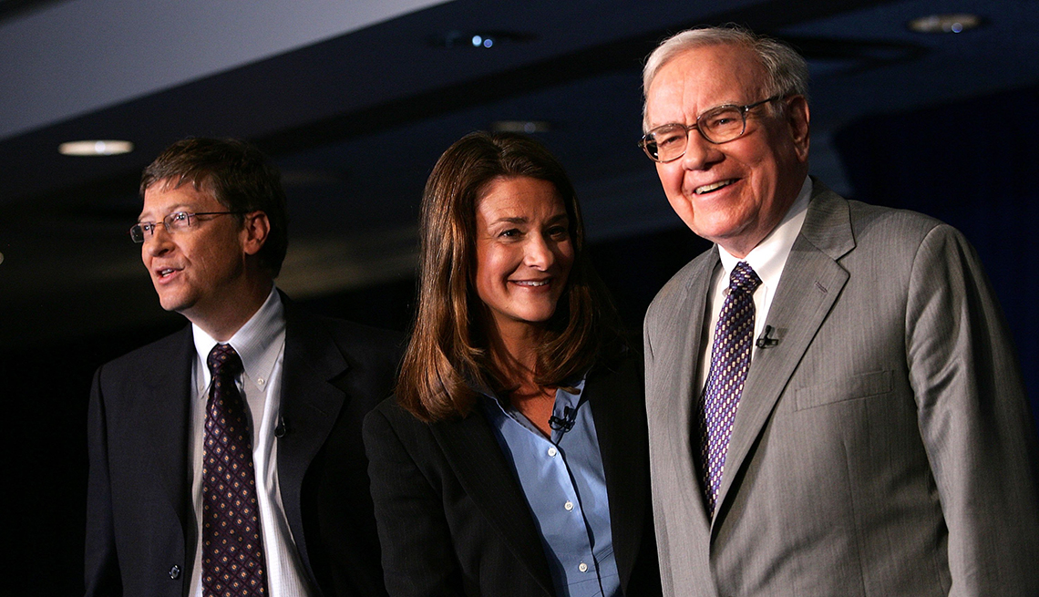 Warren Buffett (R) stands with Bill and Melinda Gates June 26, 2006 at a news conference announcing mega donation