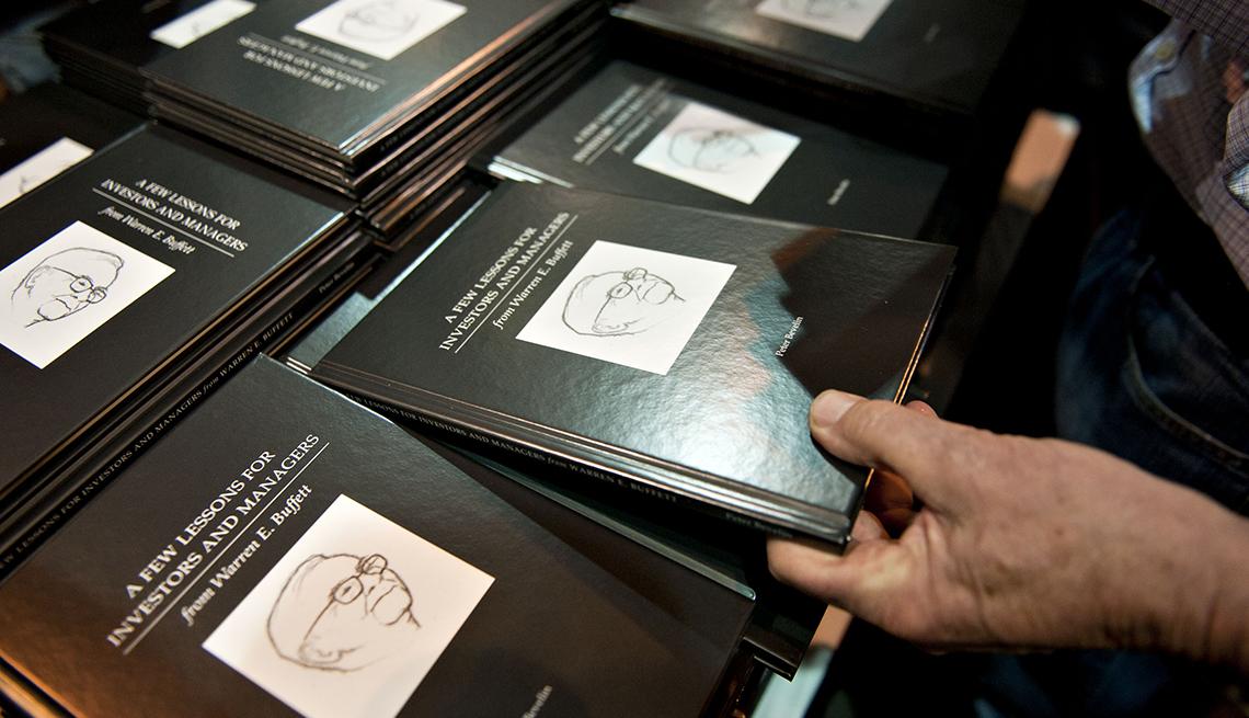 item 1 of Gallery image - Varias copias del libro de Warren Buffett
