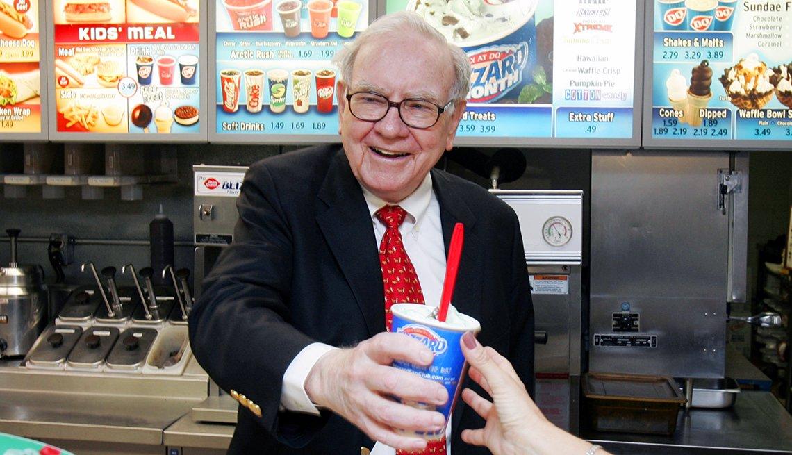 Warren Buffett detrás del mostrador de Dairy Queen en Omaha, Neb.