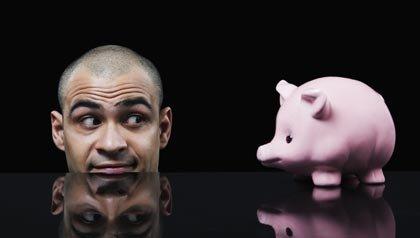 Hombre de negocios mirando una alcancía - cómo decir adiós a su banco