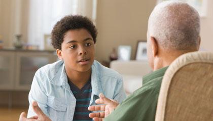 Abuelos guían a su los nietos a practicar buenos hábitos financieros, como el presupuesto, el ahorro y la inversión - a las conversaciones abuelo a su nieto