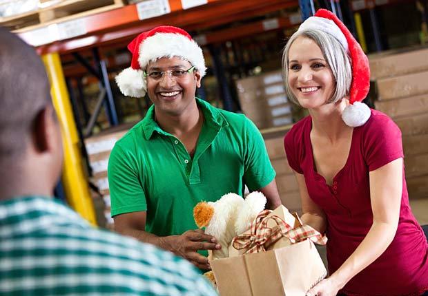 Voluntarios recogen donaciones de regalos, 10 secretos para ahorrar en estas vacaciones