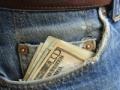 Dinero saliendo de un pantalon - Encuesta para saber manejar su dinero
