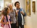 Niños y su abuela de visita en un museo, diversiónes del verano para los niños a bajo costo