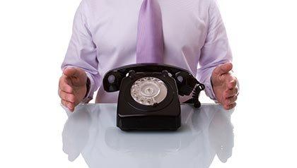 Hombre esperando a contestar el teléfono, Alerta de estafas por teléfono