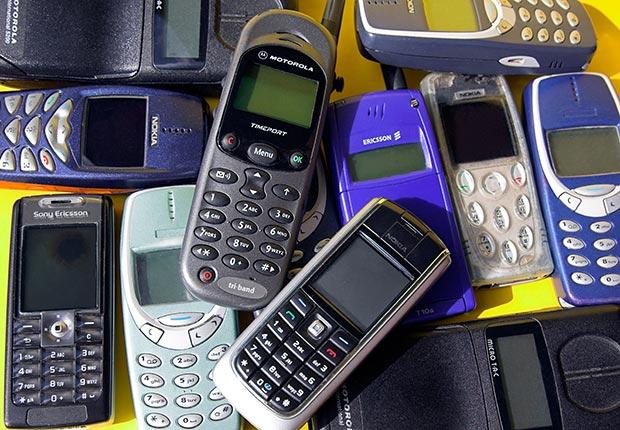 Colección de viejos teléfonos inteligentes. 10 gastos que lamentar