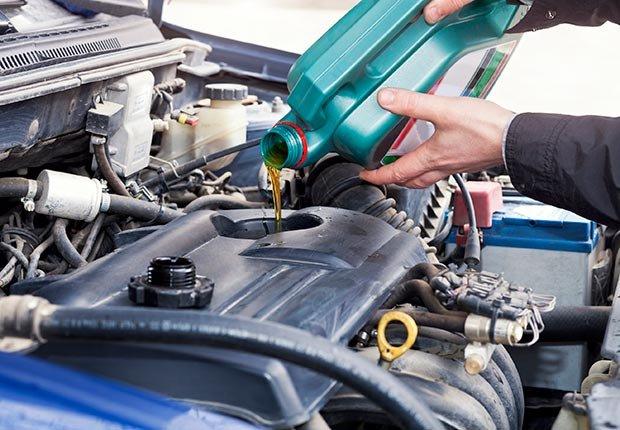 Cambiar el aceite al motor de un coche - 10 Productos en donde los cupones te pueden ayudar a ahorrar dinero