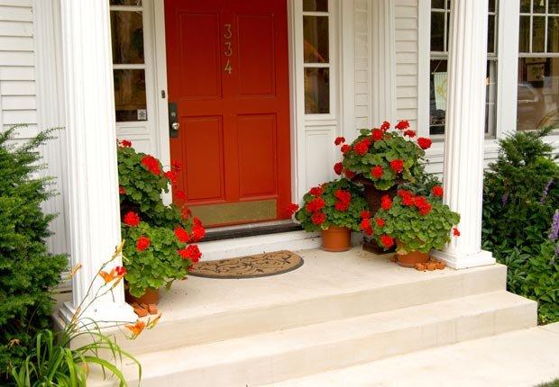 Dele a su puerta principal una capa de pintura - Arreglos para su hogar que cuestan menos de $100