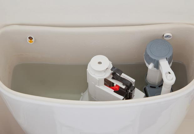 Compruebe que no haya fugas de agua en su inodoro - 10 mejoras para el hogar por menos de $100