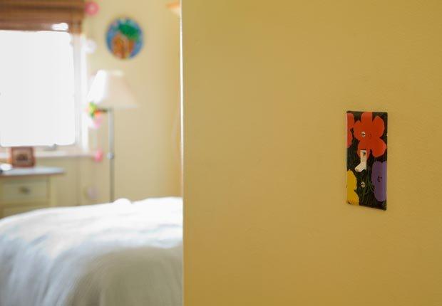 Interruptor de la luz decorativa pintada en el dormitorio - 10 mejoras para el hogar por menos de $100