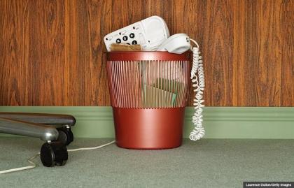 Teléfono en el cesto de basura. En caso de que deje caer su teléfono fijo?