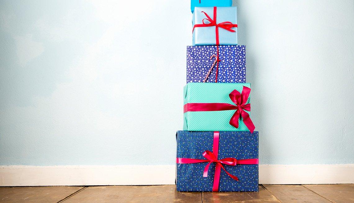 Regalos de navidad apilados uno encima del otro