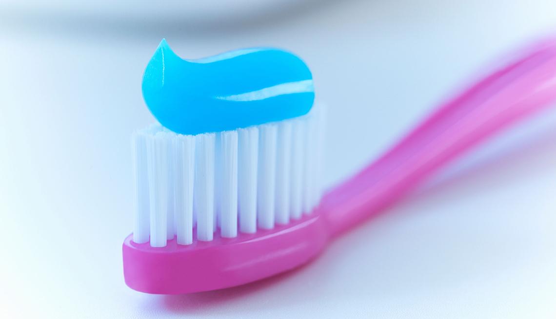 Cepillo de dientes con crema azul por encima - Fomas de ahorrar dinero con cupones