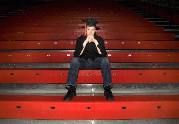 Estudiante sentado en las graderías, Es malo avalar préstamos privados para la universidad