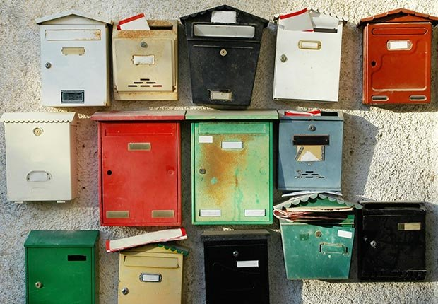 Row of mailboxes full of letters (Brytta/Istockphoto)