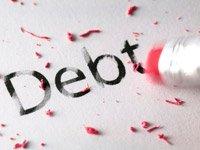 Lápiz borrando un texto que dice deuda en inglés, los pasos para estar libre de deudas