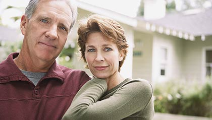 Pareja fotografiada delante de su casa. ¿Por qué los jubilados no pueden obtener una hipoteca?.