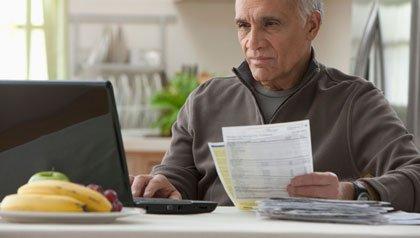 Hombre pagando sus deudas - Cómo pagar sus deudas en 12 meses