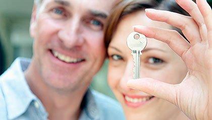 Mujer con una llave de la casa. En caso de dar a sus hijos una hipoteca?