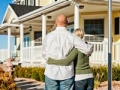 Pareja fuera de la casa nueva - Tener mal crédito puede afectar sus perspectivas de empleo.