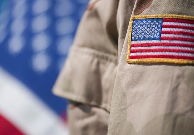 Primer plano de la insignia con la bandera americana en el uniforme militar de EE.UU - Tener mal crédito puede afectar sus perspectivas de empleo.
