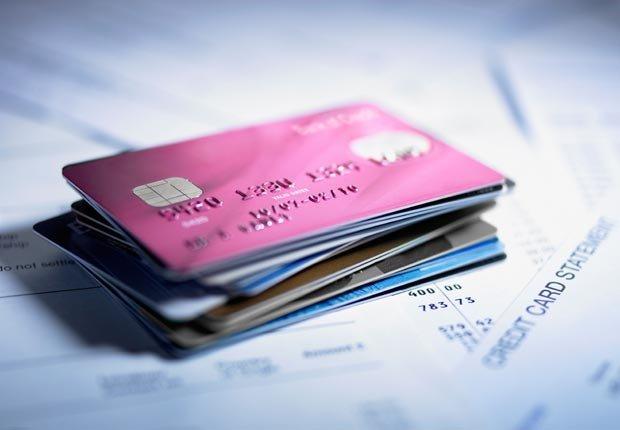 Cerca de la pila de tarjetas de crédito - Tener mal crédito puede afectar sus perspectivas de empleo.