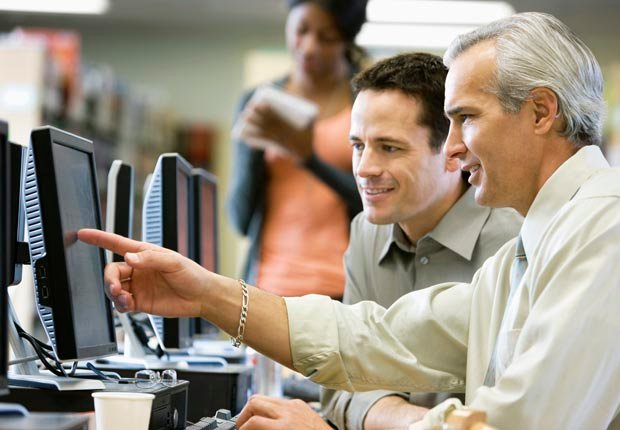 Hombre maduro con un computador en el aula. Tener mal crédito puede afectar sus perspectivas de empleo.