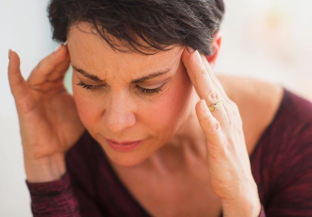 Retrato de la mujer madura con las manos en la cabeza - Tener mal crédito puede afectar sus perspectivas de empleo.