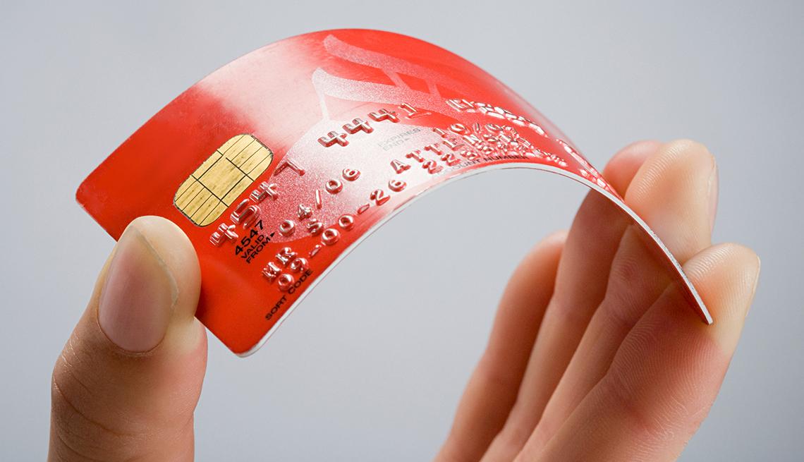 cfc21403968 Persona con una tarjeta de crédito. Ofertas de transferencia de saldo por  lo general no