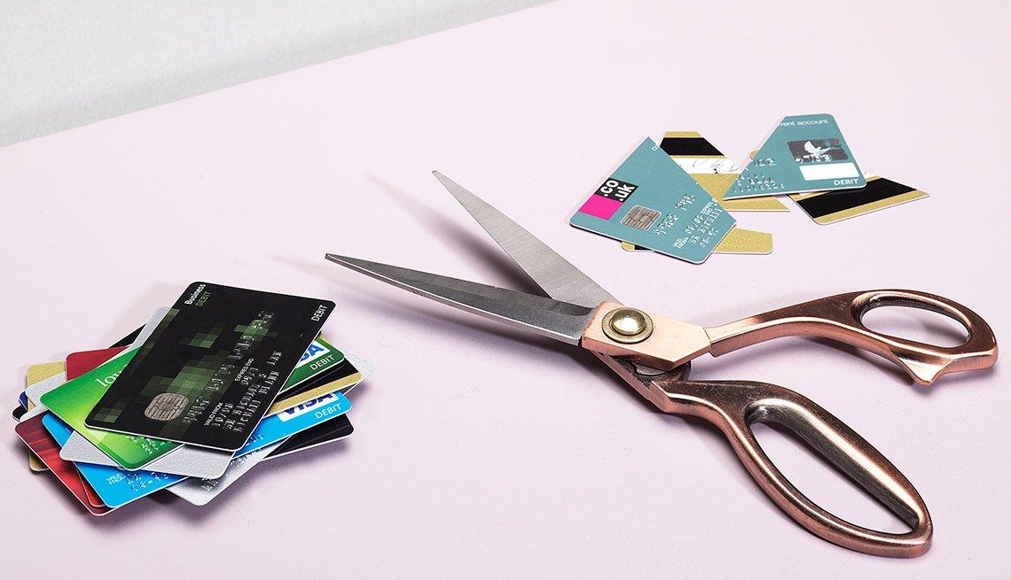 Tijeras con tarjetas de crédito a las lados