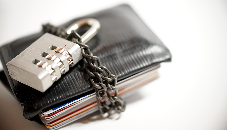 Billetera con un candado alrededor