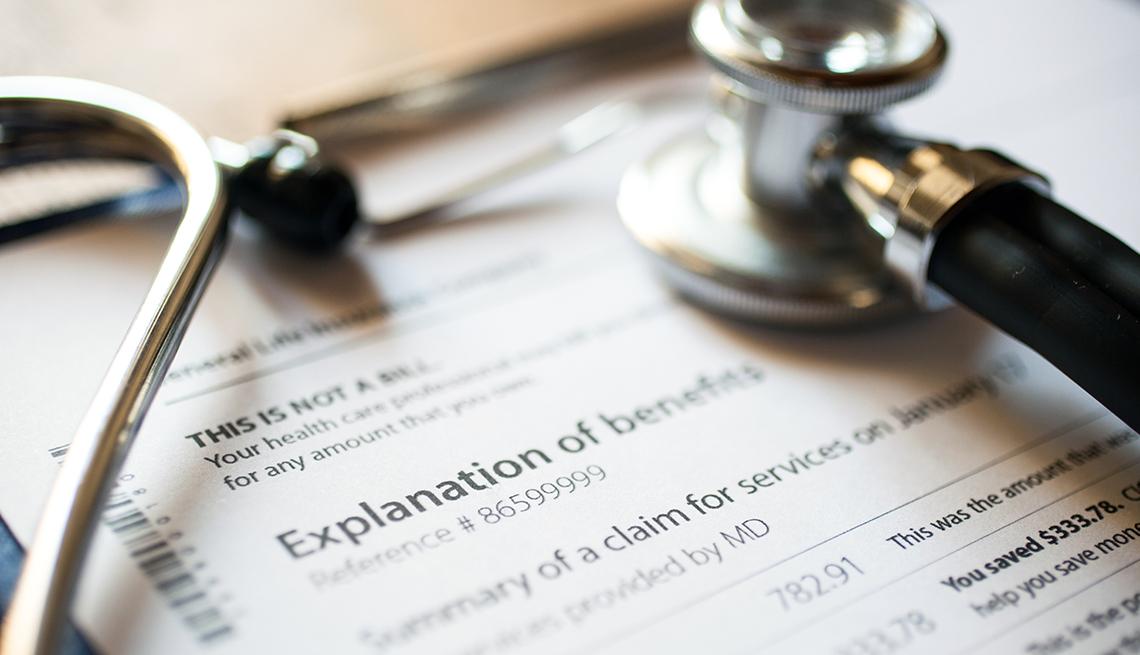 Estetoscopio sobre una factura médica.