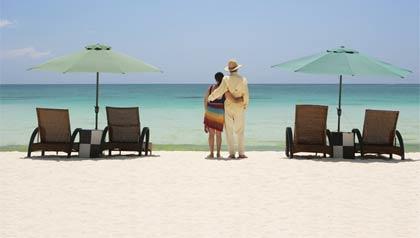 Jubilarse en el exterior - Pareja en una playa