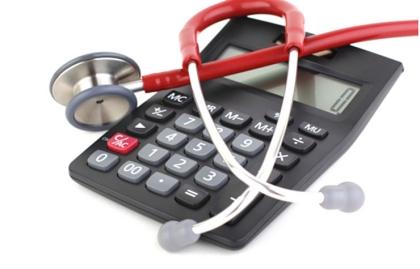 Calculadora con un estetoscopio encima - Gastos de la salud en la jubilación