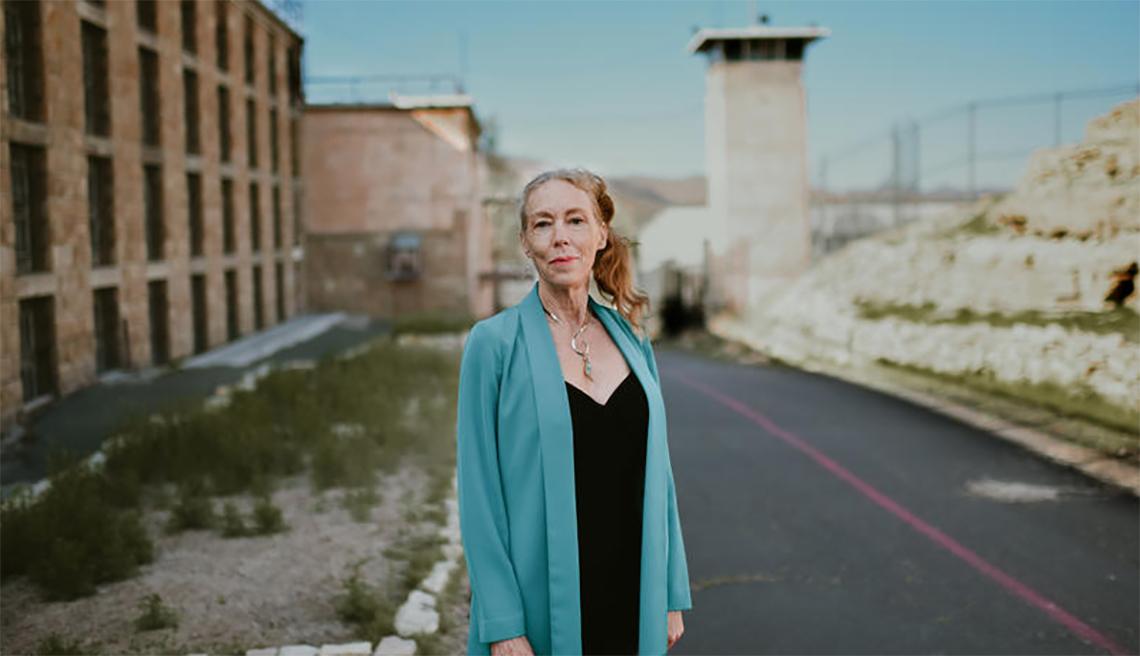 Karen Gedney parada afuera del centro médico del Departamento Correccional de Nevada en Carson City