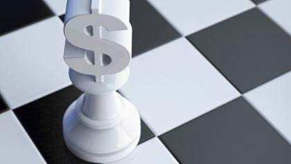 AARP Recomienda 5 movimientos financieros necesarios después de los 50 - una pieza de signo de dólar en una partida de ajedrez
