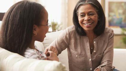 Abuela y nieta hablan en la sala de la casa - Dar dinero a sus nietos
