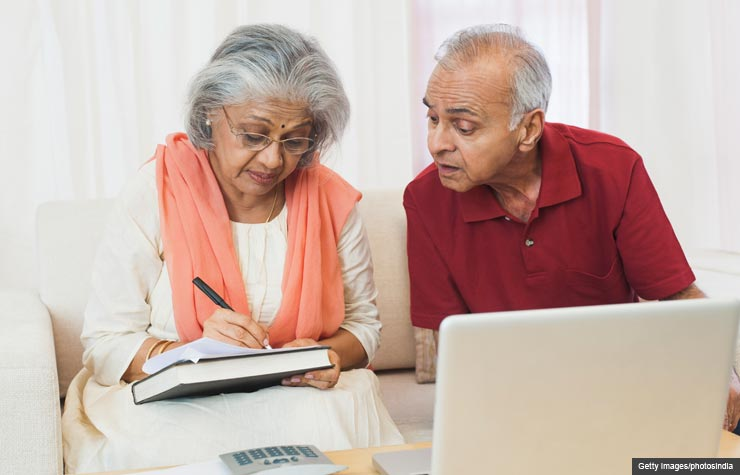 Senior couple paying bills on computer (Getty Images/photosindia)